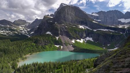 zoom in view of grinnell lake at glacier national park 版權商用圖片