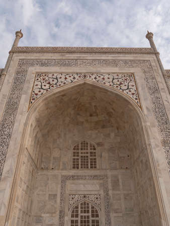 AGRA, INDIA - MARCH, 26, 2019: close up shot of the main entrance to the taj mahal 新闻类图片