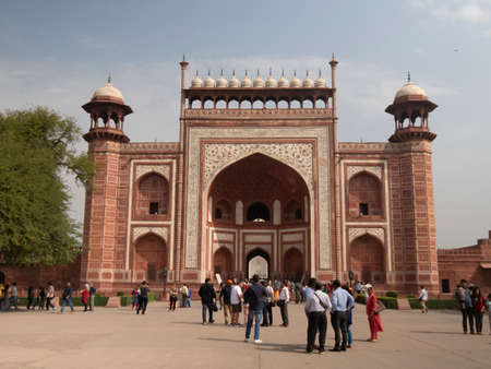 AGRA, INDIA - MARCH, 26, 2019: exterior shot of the main entrance gate to the taj mahal at agra, india 新闻类图片