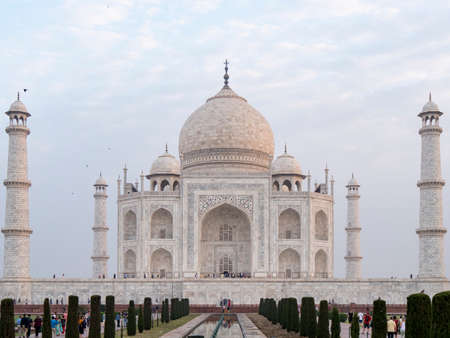 AGRA, INDIA - MARCH, 26, 2019: close view of the front of the taj mahal on a spring morning 新闻类图片