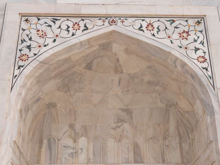 AGRA, INDIA - MARCH, 26, 2019: close up of the front of the taj mahal mausoleum 新闻类图片