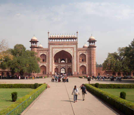 AGRA, INDIA - MARCH, 26, 2019: wide shot of the main entrance gate to the taj mahal at agra, india. 新闻类图片