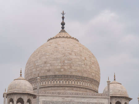AGRA, INDIA - MARCH, 26, 2019: a close up shot of the dome of the taj mahal 新闻类图片