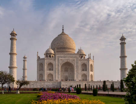 AGRA, INDIA - MARCH, 26, 2019: a spring morning shot of the taj mahal and flowerbeds at agra, india 免版税图像