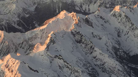 winter sunset aerial close up of mountains in the cascades of washington state 免版税图像