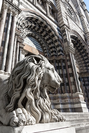 lorenzo: Lion statue and facade of Saint Lorenzo curch