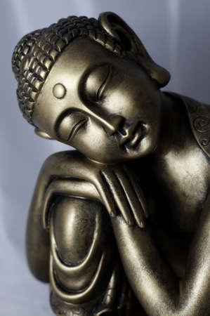 buda: Una escultura de bronce de Buda tailand�s sobre un fondo blanco