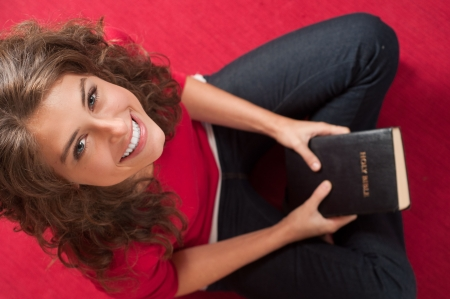 mujer: Young girl smiling with Bible