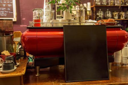 空の黒板とカフェのカウンターの表示