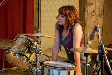 Drummer op de set in de opnamestudio Stockfoto