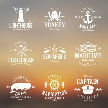 ancre marine: Ensemble d'�tiquettes ou des signes avec r�tro Typographie sur Blured fond nautiques Vintage Anchors Volant Noeuds Mouettes et Wale.