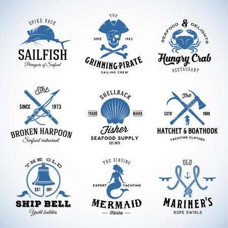 Set van Vector Vintage Zeevaart en Mariene etiketten, borden of Logo sjablonen die kunnen worden onderverdeeld in afzonderlijke Design Elements. Ook zeer geschikt voor Posters, Flayers, Restaurant Menu, etc. Met Retro Typografie. Geïsoleerd. Stock Illustratie