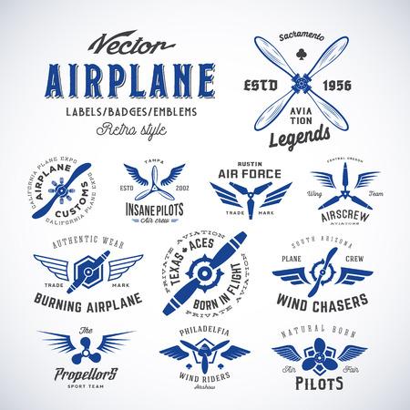 insignias: Avión de la vendimia del vector con etiquetas Conjunto retro de la tipografía. Aislado.