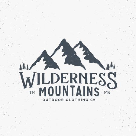 Vêtements Wilderness Montagnes Outdoor Vintage Vector Sign, Étiquette ou Logo Template. Avec Shabby Texture. Isolé.
