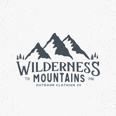 Wildnis Berge Outdoor-Bekleidung Jahrgang Vektor-Zeichen, Etikett oder Logo-Vorlage. Mit Shabby Textur. Isoliert.