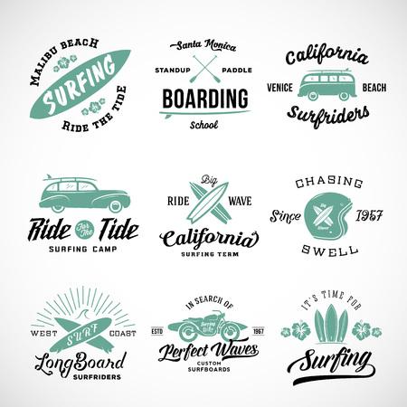 Vector Retro Style Surfing Labels, T-shirt Graphic Design met surfplanken, Surf Woodie Auto, Silhouet Motorcycle, Helmet en Bloemen. Geïsoleerd. Goed voor Posters etc. Stock Illustratie