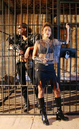 warden: Futurista mujer carcelero guardias de una mujer presa.  Foto de archivo