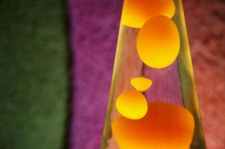 trippy: L�mpara de lava de color amarillo con el contenido.