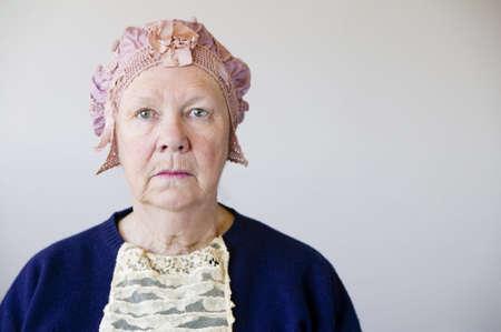 Dour Senior Frau im Studio trägt einen Hut und Vintage-Spitze.  Standard-Bild - 2331380