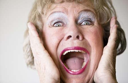 Close-up van een hooggeplaatste vrouw met haar mond open schreeuwen.