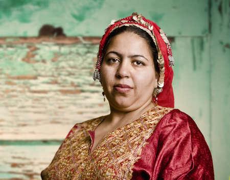 burka: Ritratto di una donna musulmana in un Ornate Capo Sciarpa  Archivio Fotografico