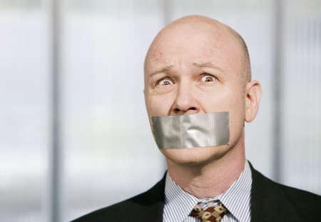 duct: Hombre de negocios preocupado silenciada con cinta adhesiva para conductos m�s de su boca