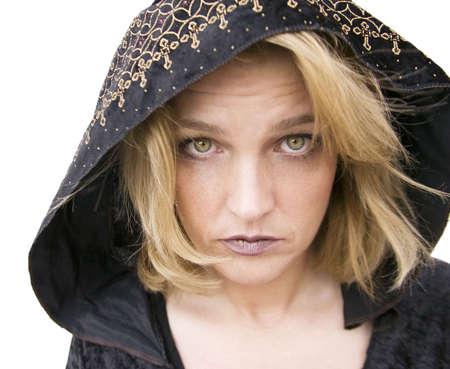new age: New Age mujer con los ojos verdes que llevaba una capucha