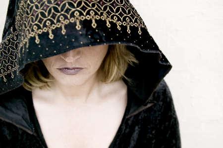 new age: New Age mujer que llevaba una capucha