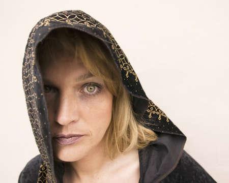 new age: Nueva mujer de la edad con los ojos verdes que usan una capilla