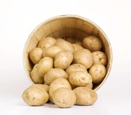 白 backround で編まれたバスケットに Patatoes 写真素材 - 3108926