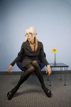 mani sui fianchi: Businesswoman in una seduta di moda casual akimbo