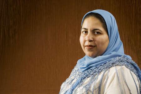 Portret van een moslim vrouw in een blauw hoofd Sjaal Stockfoto