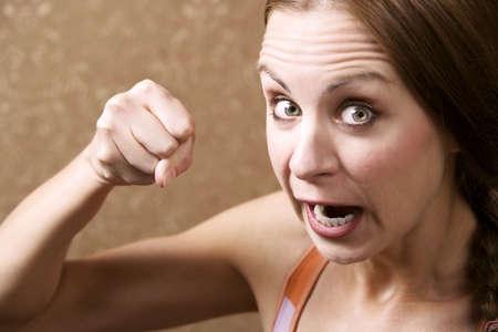 pugilist: Angry Young Woman en el Frente de Oro papel tapiz Lanzando una Punch