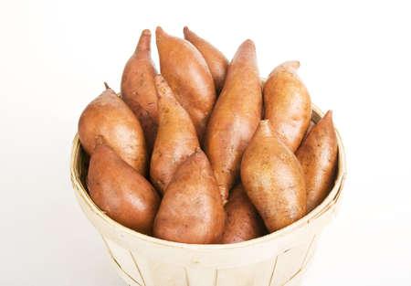 不織布バスケットに集まった赤サツマイモ