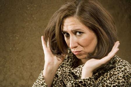 primp: Ispanico Woman in Leopard Stampa Mantello con Big Hair
