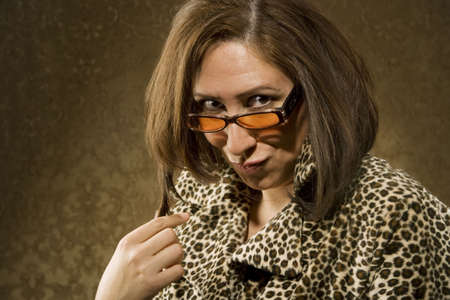 primp: Ispanico donna in Leopard Stampa cappotto con grandi occhiali da sole e capelli