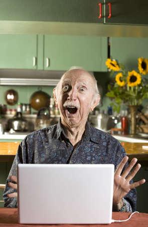 pornografia: Superior hombre conmocionado en sal�n comedor con un ordenador port�til