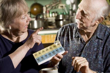 daily room: Ritratto di coppia senior discutendo farmaci