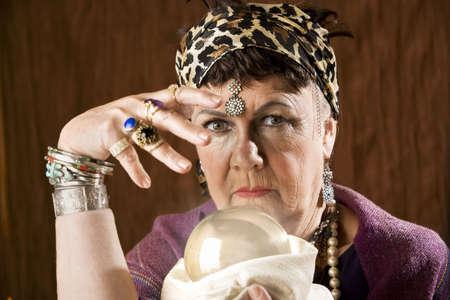 gitana: Mujeres gitanas fortuna cajero con una bola de cristal Foto de archivo