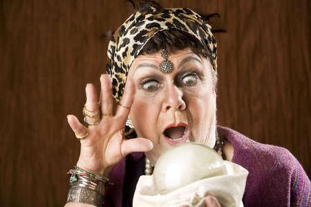 Donna zingara fortuna Bancomat con una sfera di cristallo