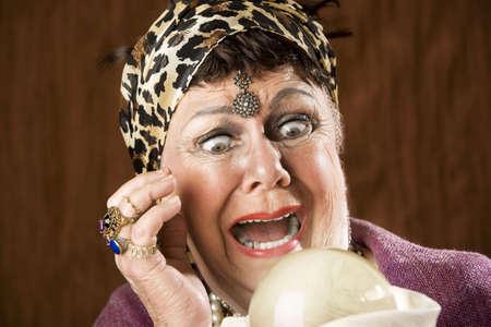 psychisch: Female gypsy fortune teller met een kristallen bol