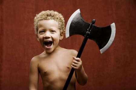 ni�o sin camisa: J�venes sin camisa ni�o con un juguete hacha