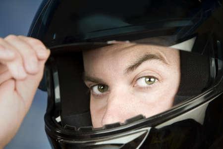 casco de moto: Close-up de un hombre que llevaba un casco de moto
