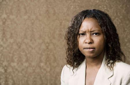 sgomento: Close-up Ritratto di un Preoccupato Pretty afro-americana Donna