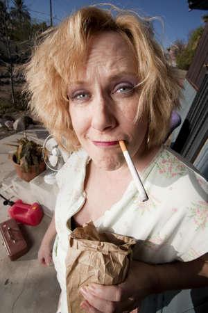 front porch: Mujer con cigarrillo y cerveza en su porche delantero