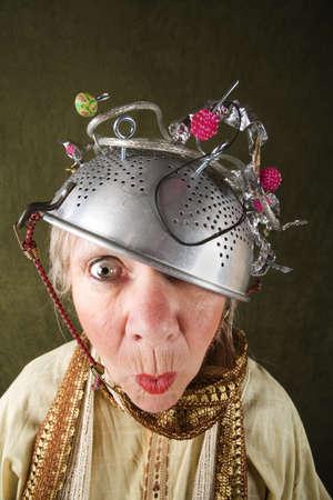 loco: Crazy mujer lleva un colador de metal para un casco