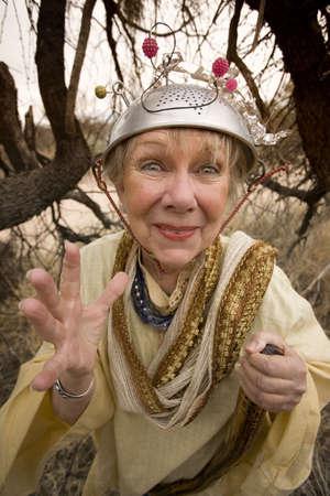 Crazy donna che indossa un colino di metallo per un casco