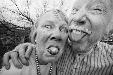 Closeup retrato de joven loco ancianos que salen al aire libre lenguas Foto de archivo - 4768106