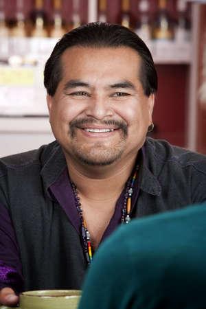레스토랑에서 친구와 잘 생긴 아메리카 인디언 남자 스톡 콘텐츠