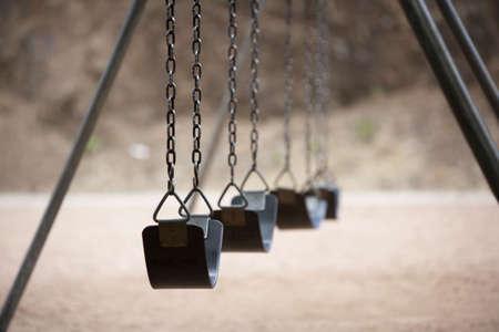 columpio: Viejo estilo de juegos con columpios y cadenas de goma asientos Foto de archivo